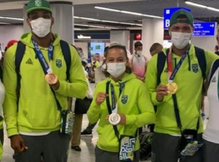 Os medalhistas em Tóquio no boxe foram recebidos com muita festa no Aeroporto Internacional de Guarulhos | Foto: Reprodução | Instagram - Foto: Reprodução | Instagram