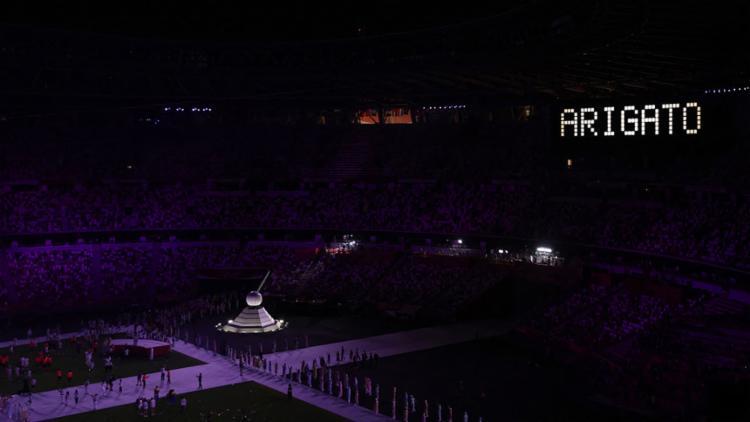 Momentos depois dos discursos das autoridades, a pira apagou o fogo olímpico, enquanto uma mensagem de