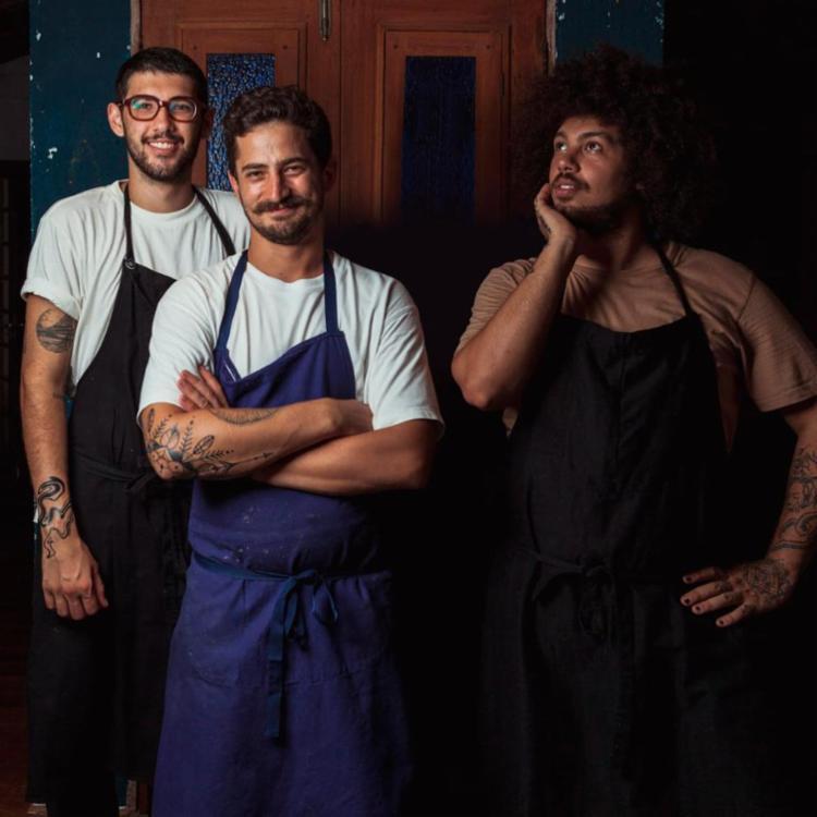 A proposta é uma noite de descobertas, com os chefs convidados Matheus Emerick e Tiago Soar, cocriadores do Lúdum, um espaço de de cozinha criativa em Florianópolis.