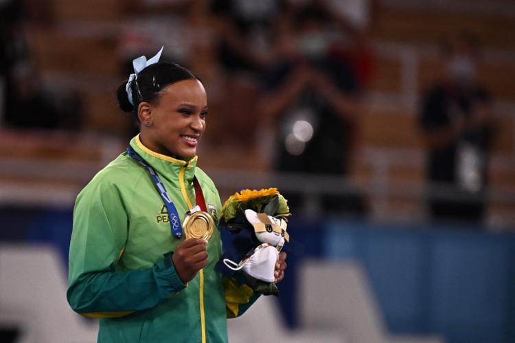 Com essa vitória, ela se tornou a primeira ginasta brasileira campeã olímpica da história | Foto: Lionel Bonaventure | AFP - Foto: Lionel Bonaventure | AFP