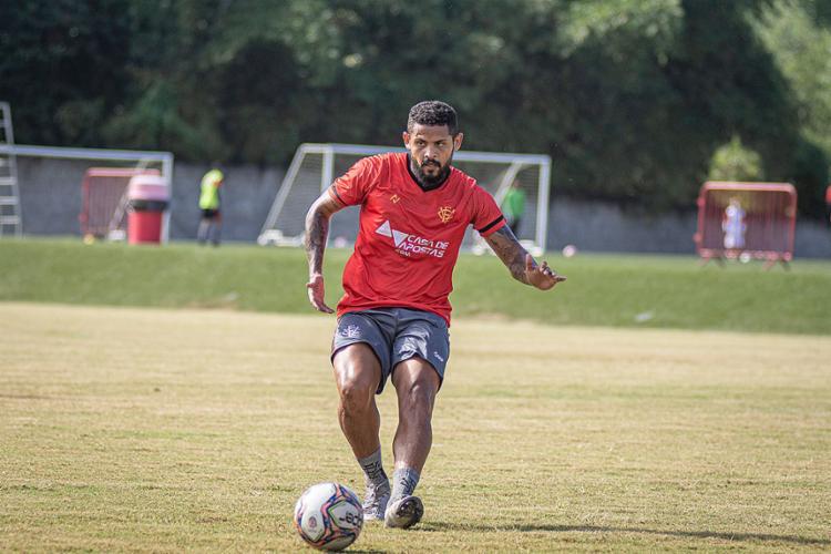 Roberto voltou a aparecer no onze inicial do Vitória e deve ser titular da lateral esquerda nesta terça-feira, 3 | Foto: Divulgação | EC Vitória - Foto: Divulgação | EC Vitória