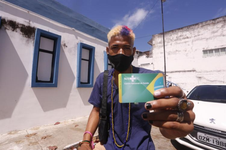 O barbeiro Alessandro Araújo foi uma das pessoas com 19 anos que receberam a primeira dose da Covid-19   Foto: Olga Leiria   Ag. A TARDE - Foto: Olga Leiria   Ag. A TARDE