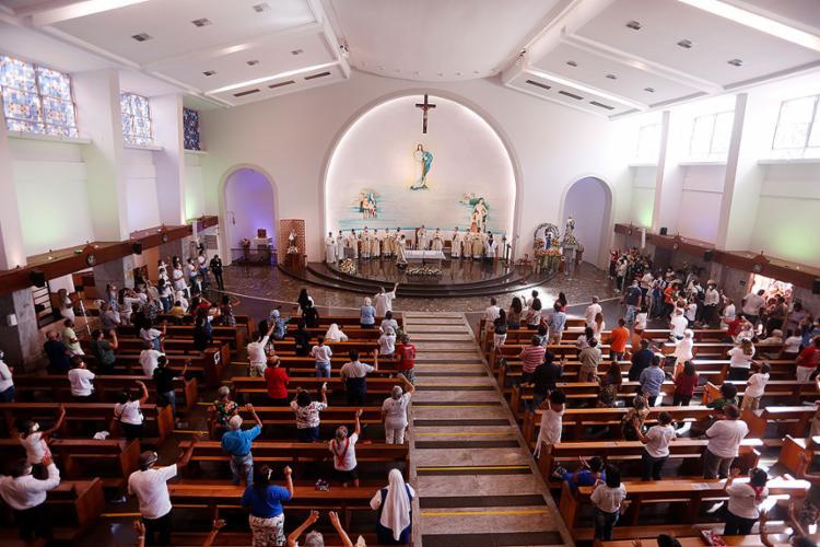 Santuário recebeu cerca de 360 pessoas em cada missa, respeitando o devido distanciamento social | Foto: Olga Leiria | Ag. A TARDE - Foto: Olga Leiria | Ag. A TARDE
