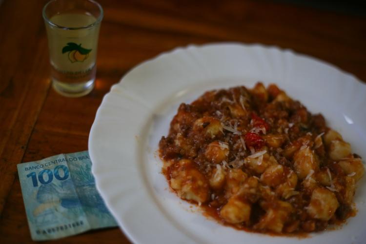 Antes de comer, deve-se colocar uma nota de qualquer valor sob o prato