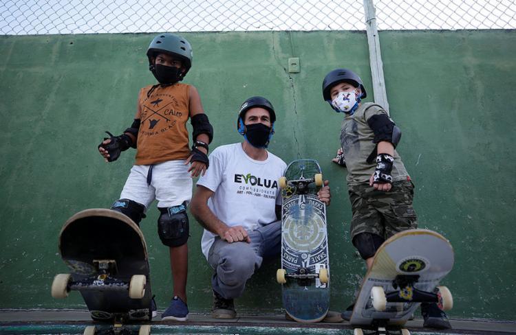 Téo e Erick (D) são integrantes dessa nova geração de praticantes do skate amparada por Jeffer - Foto: Adilton Venegeroles | Ag. A TARDE