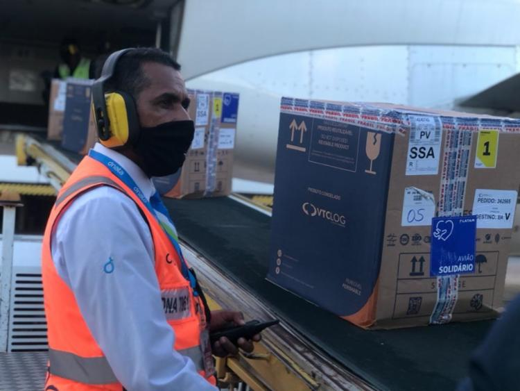Outra carga com 251.550 doses da Pfizer/BioNTech está prevista para desembarcar na capital baiana na tarde de hoje - Foto: VTCLOG