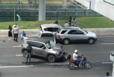 Engavetamento de veículos é registrado na Avenida Paralela