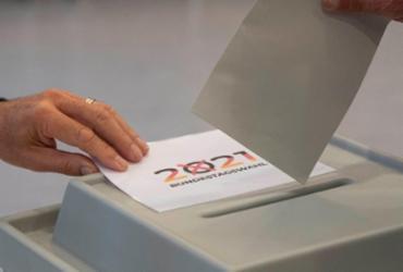 Alemães vão às urnas para decidir sucessão de Merkel | THOMAS KIENZLE / AFP