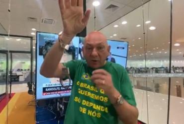 Luciano Hang mostra algema que comprou para possível prisão na CPI da Covid |