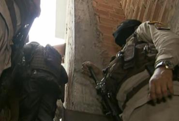 Após troca de tiros, dupla armada invade imóvel e mantém mulher refém em Brotas | Reprodução/ Record Tv