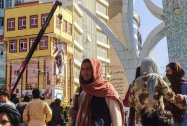 Talibãs exibem corpos de sequestradores em cidade no Afeganistão | AFP