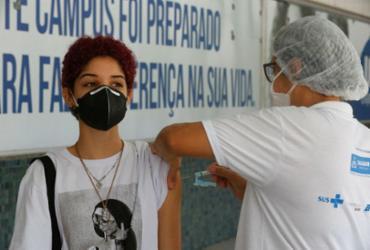 Comissão se reúne para decidir suspensão da vacinação de adolescentes na Bahia | Rafael Martins | Ag. A TARDE