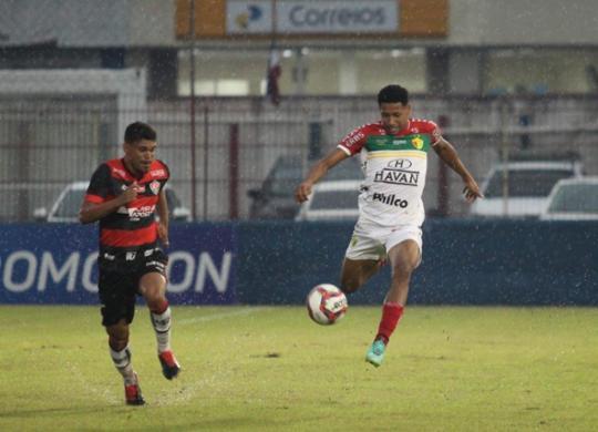 Sob forte chuva, Vitória empata sem gols com Brusque e se mantém no Z-4 | Lucas Gabriel Cardos | Brusque FC