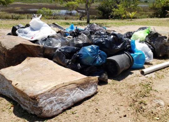 Ação ecológica retira cerca de 700 kg de resíduos da praia de Busca Vida | Divulgação