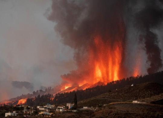 Lava do vulcão nas Canárias destrói casas, mas não há previsão para novas erupções   Desiree Martin   AFP