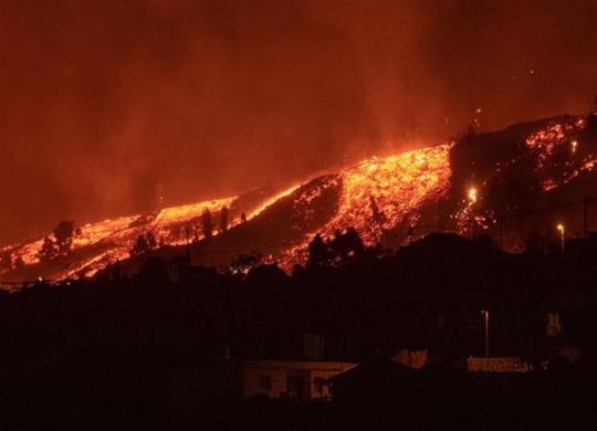 Lava do vulcão das Canárias perde velocidade, mas mantém capacidade de destruição   Desiree Martin   AFP
