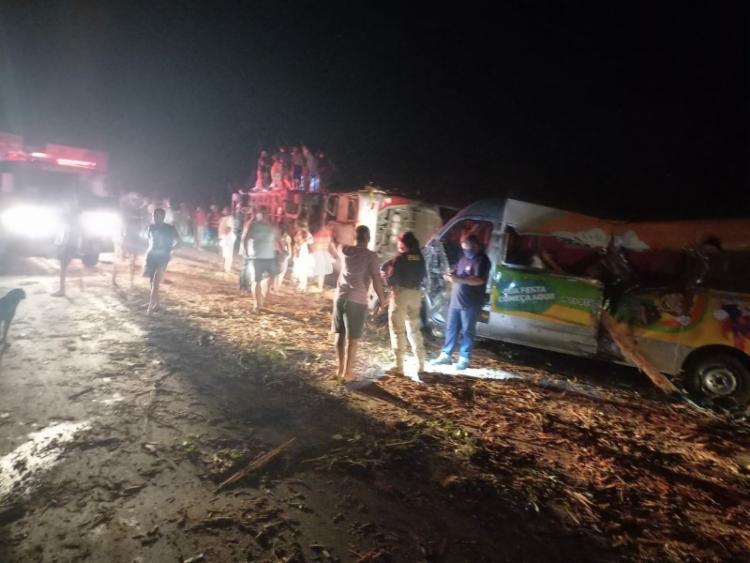 Acidente envolvendo três veículos deixa ao menos oito mortos na BR-101
