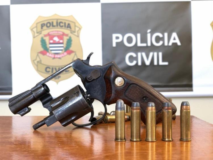 Suspeito foi preso com arma de numeração raspada e munição   Foto: Divulgação/Polícia Civil