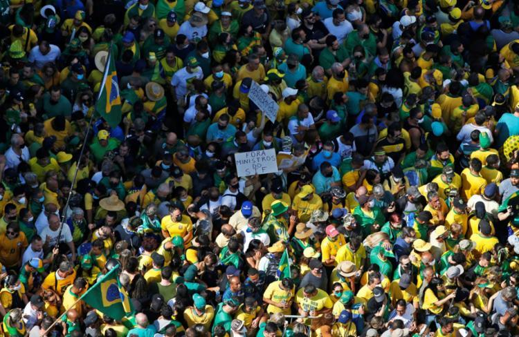 Milhares de pessoas participam de manifestação na Avenida Paulista - Foto: AFP