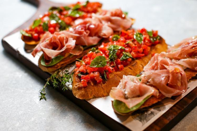 Bruschetta vem da palavra brusciato, que significa tostado ou torrado | Foto: Raul Spinassé / Divulgação - Foto: Raul Spinassé/ Divulgação
