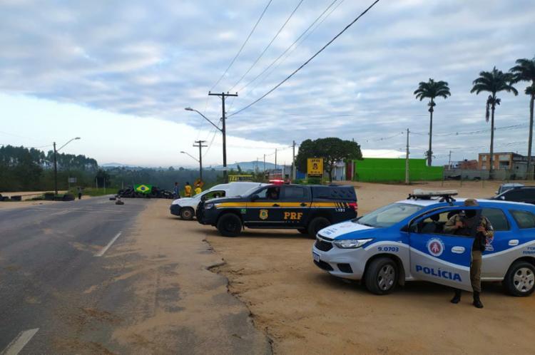As interdições foram desmontadas, nos KMs 417 e 421 da BR-116. Não houve prisão ou qualquer tipo de condução para unidades da Polícia Civil - Foto: Divulgação / SSP