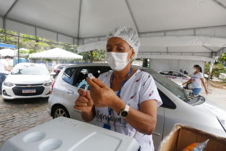 Até esta quarta-feira, mais de 2 milhões de pessoas em Salvador foram imunizadas com a primeira dose ou dose única   Foto: Olga Leiria   Ag. A TARDE - Foto: Olga Leiria   Ag. A TARDE