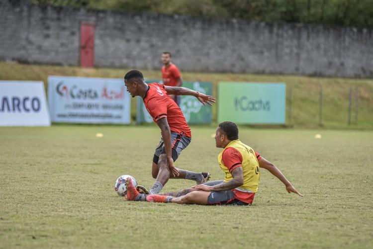 David (E) luta para ficar em pé durante treino na Toca do Leão | Foto: Pietro Carpi | EC Vitória - Foto: Pietro Carpi | EC Vitória