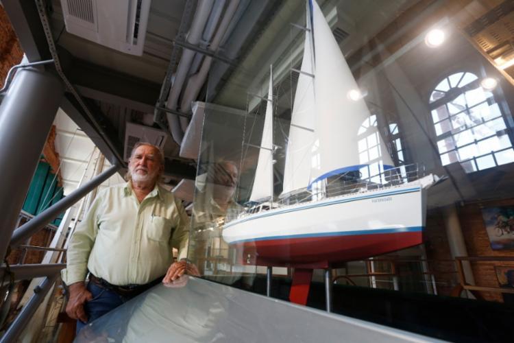 O engenheiro velejador e a embarcação Três Marias   Foto: Olga Leiria / Ag. A TARDE - Foto: Olga Leiria / Ag. A TARDE