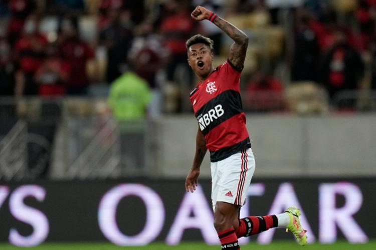 Bruno Henrique foi decisivo e marcou os dois gols da partida   Foto: Silvia Izquierdo   AFP - Foto: Silvia Izquierdo   AFP