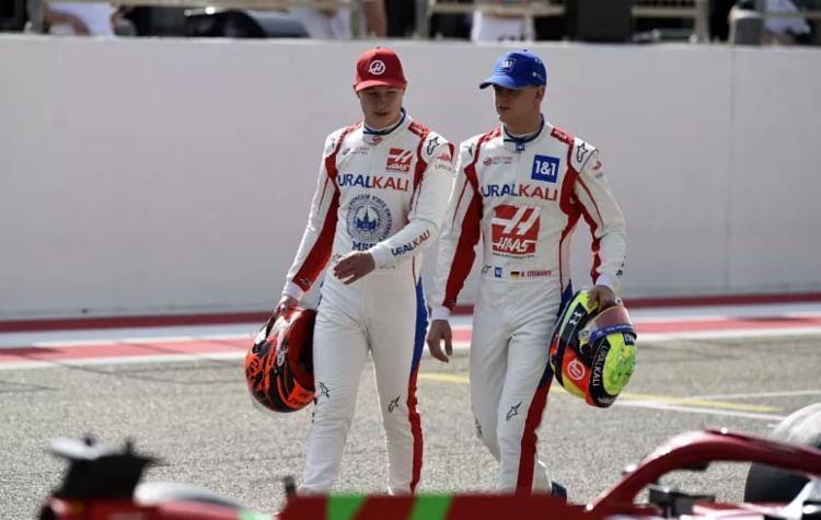 Os dois pilotos de 22 anos fizeram sua estreia na principal categoria do automobilismo no início da temporada de 2021 | Foto: Mazen Mahdi | AFP - Foto: Mazen Mahdi | AFP