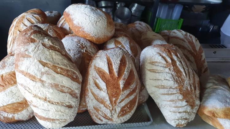 Para a bruschetta o pão ideal é com casca mais grossa e a fatia não deve ser muito fina