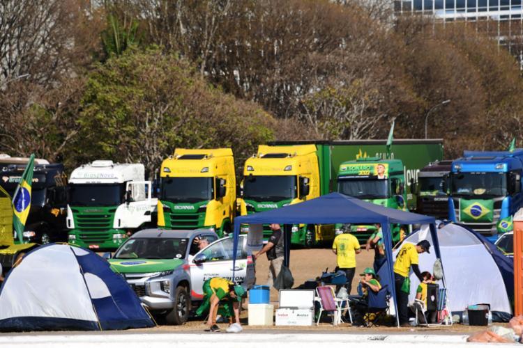 Os caminhoneiros dizem que a manifestação acontece até a meia noite de hoje   Foto: Evaristo Sa / AFP - Foto: Evaristo Sa / AFP