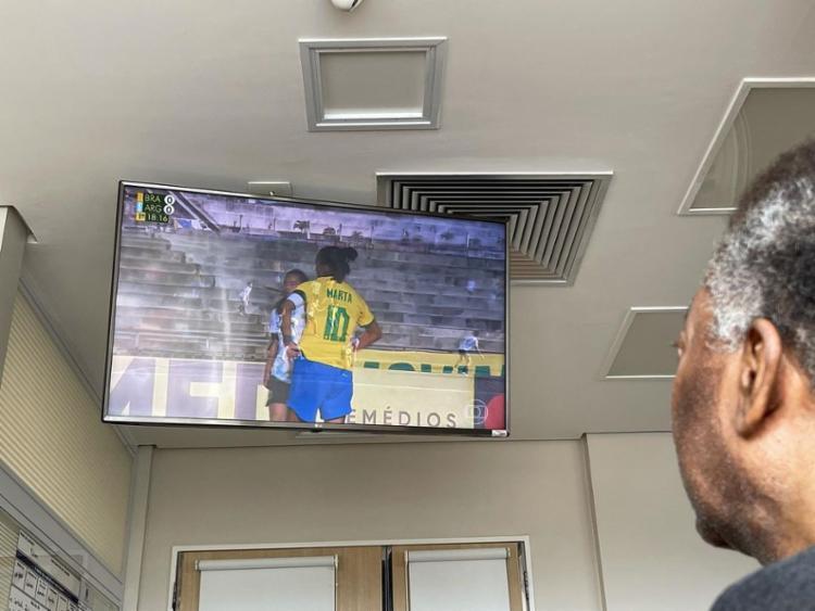 A filha postou a foto do pai assistindo o amistoso contra a Argentina nesta segunda-feira, 20   Foto: Reprodução - Foto: Reprodução