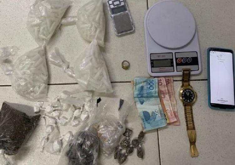 Segundo a polícia, com o suspeito foram apreendidas cocaína, crack, maconha, balanças, celular, dinheiro e outros acessórios   Foto: Divulgação   SSP - Foto: Divulgação   SSP