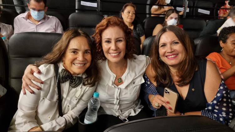 Atriz chegou ao cinema acompanhada pela deputada Carla Zambelli | Foto: Reprodução | Twitter - Foto: Reprodução | Twitter