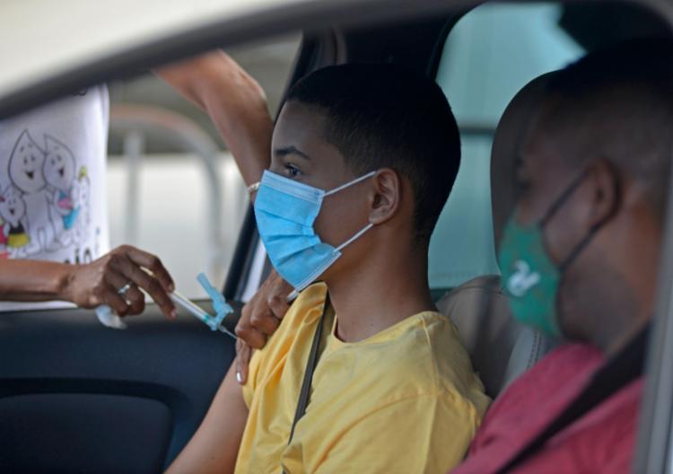 O sábado foi marcado pela retomada da imunização de adolescentes após dois dias de suspensão | Foto: Shirley Stolze | Ag. A TARDE - Foto: Shirley Stolze | Ag. A TARDE