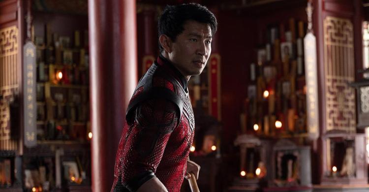 Até outro dia desconhecido, o ator Simu Liu é Shang-Chi | Fotos: The Walt Disney Company | Divulgação - Foto: The Walt Disney Company | Divulgação