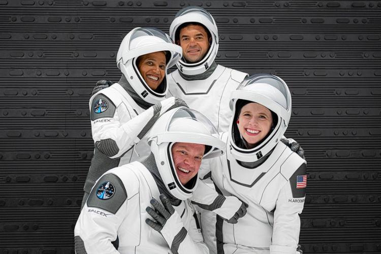 Os quatro turistas americanos na missão Inspiration4 passarão três dias orbitando a Terra   Foto: Reprodução   Twitter - Foto: Reprodução   Twitter
