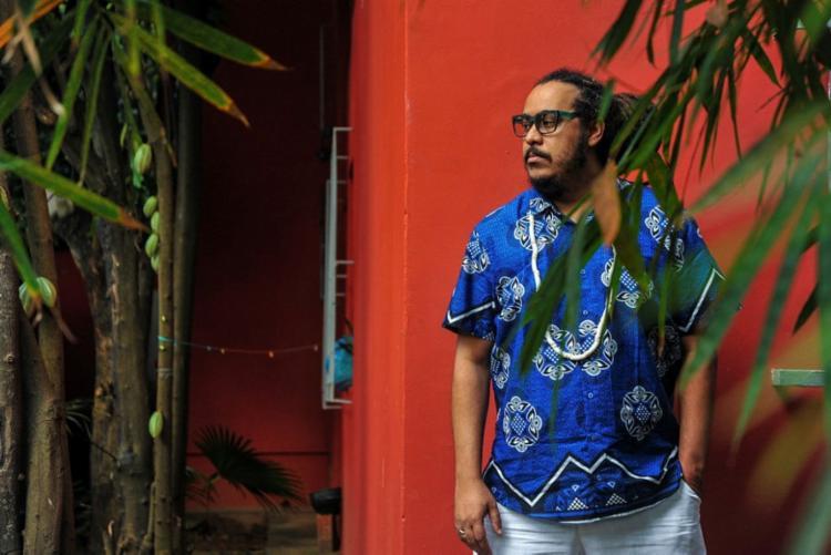 O multiartista Tacun Lecy: fotógrafo, músico e cantor   Foto: Felipe Iruatã   Ag. A TARDE