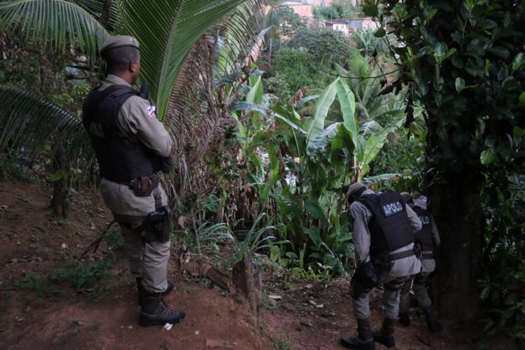 Troca de tiros foi protagonizada por integrantes de grupos rivais em área de matagal | Foto: Alberto Maraux/ SSP - Foto: Alberto Maraux/ SSP