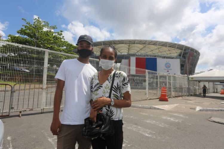 Valmira Silva e o filho, Vinícius, 17 anos, estavam na fila na localidade de Dendezeiros quando ficaram sabendo que o sistema do local havia caído | Foto: Olga Leiria / Ag. A Tarde