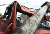 Motorista perde controle e caminhão derruba poste em Água de Meninos | Foto: Reprodução / Tv Bahia