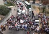 Manifestação de agentes de saúde trava trânsito e circulação de ônibus na Lapa | Foto: Reprodução | TV Bahia