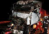 Motorista nas ferragens após colisão entre carretas | Reprodução | Blog Braga