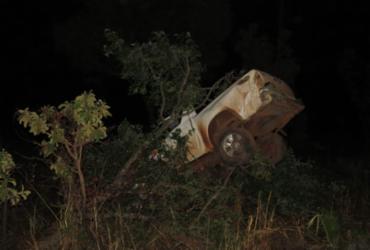 Carro capota e vai parar em cima de árvore; uma mulher morreu