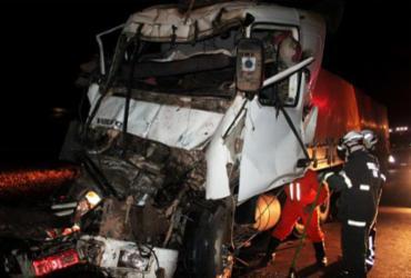 Motorista fica preso em ferragens após colisão entre carretas