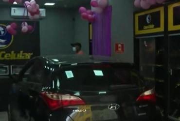 Bandidos usam carro para arrombar loja de eletrônicos na Liberdade | Reprodução | TV Bahia
