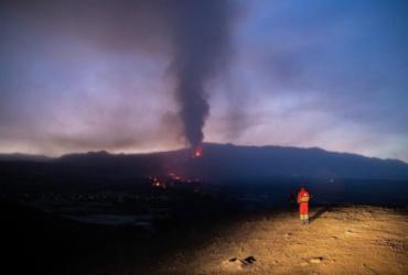 Erupção do vulcão de La Palma completa um mês sem final à vista | LUISMI ORTIZ | UME | AFP