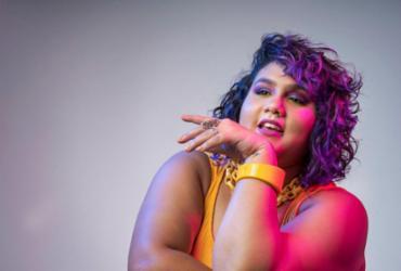 Cantora Isa Roth chuta a tristeza pra lá e afirma autoestima no EP 'Mais' | Eduardo Quintela | Divulgação