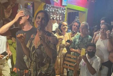 Ivete aparece de surpresa em bar em Trancoso e faz mini-show |